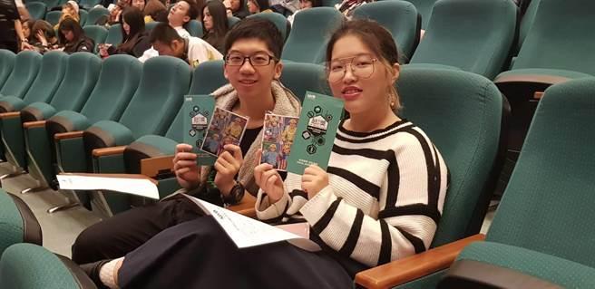 學生們不僅專心聆聽說明會內容且非常開心得到去年得獎作品做成的明信片(戴有良攝)