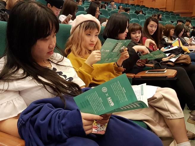 學生們不僅專心聆聽說明會且對於競賽辦法感到很有興趣還相互討論(黃珈綺攝)