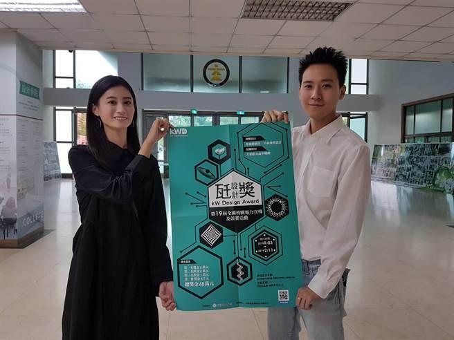 會後學生開心與瓩設計獎海報合影留念並特別感謝台電公司的全力付出(黃珈綺攝)