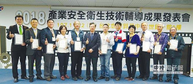 經濟部次長龔明鑫(左六)與風險管理技術輔導廠商代表合影。圖╱工業局提供