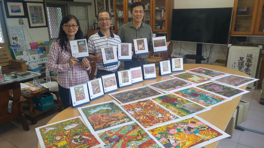 有企業精選吳鴻滄、林淑芬夫婦歷年得獎版畫作品製成客製桌曆,2人也捐出200份義賣要當作樹人國小藝術推廣經費。(莊曜聰攝)