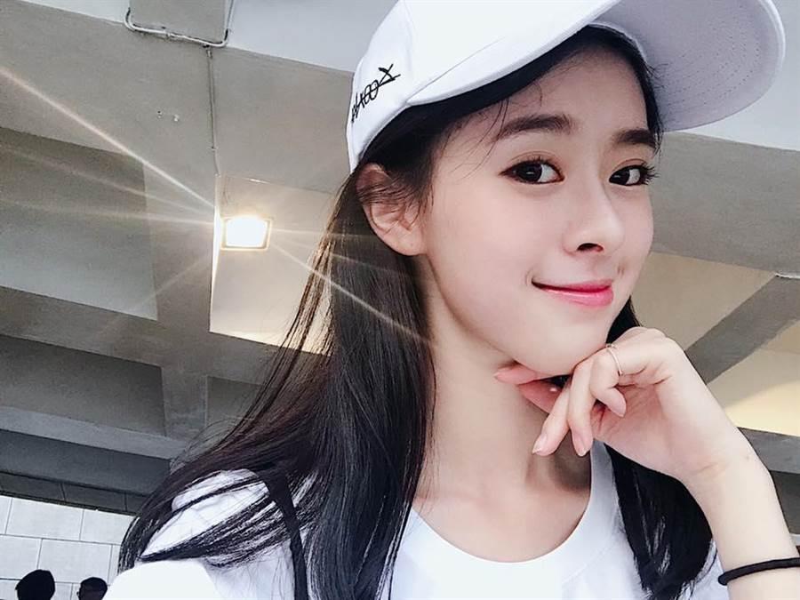 20歲甜美女星邱偲琹開心宣布考上汽車駕照。(圖/翻攝自邱偲琹臉書)