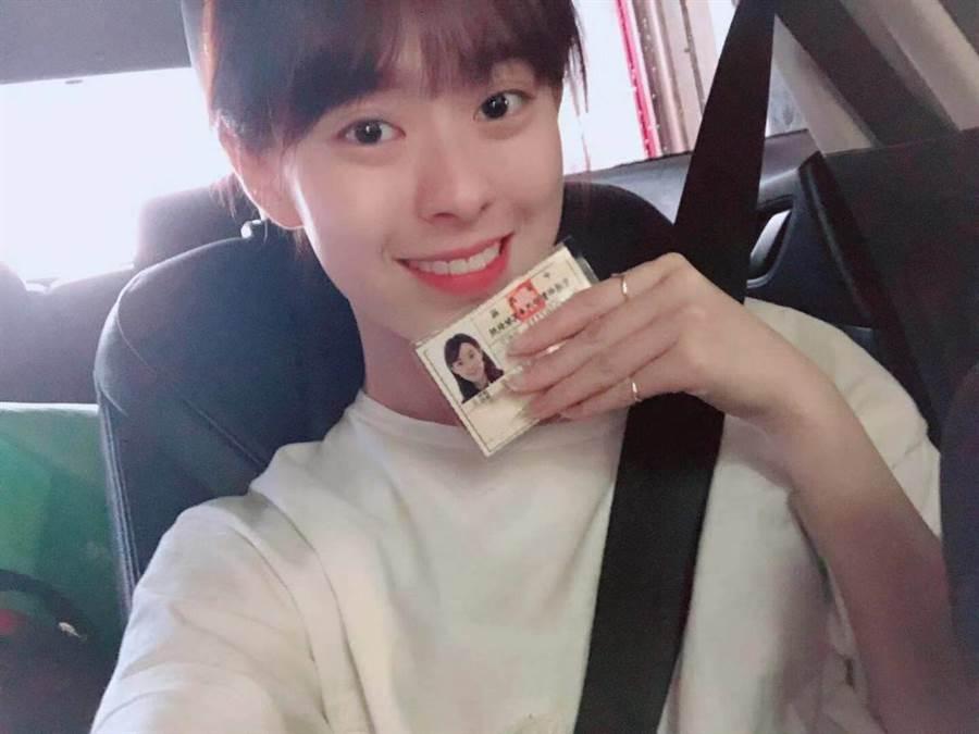 邱偲琹開心宣布考上汽車駕照,希望不要當馬路三寶。(圖/翻攝自邱偲琹臉書)