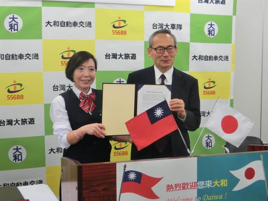 台日計程車龍頭宣布合作,由台灣大車隊總經理李瓊淑(左)與大和交通車社長前島忻治(右)代表簽約。(台灣大車隊提供)