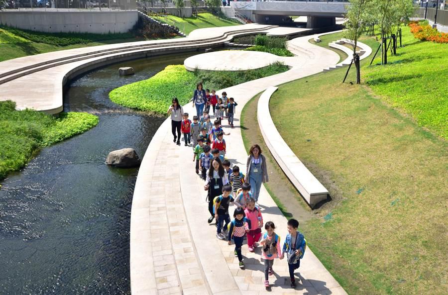 柳川藍帶水岸媲美南韓清溪川的美麗景緻(陳世宗翻攝)