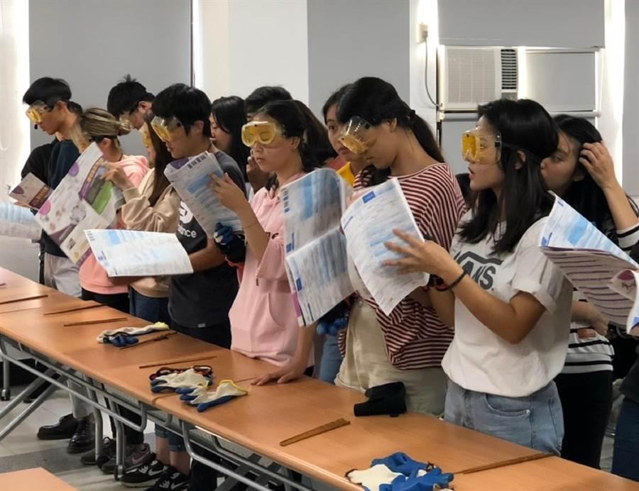 大葉學生戴上特殊眼鏡體驗視力退化的感受。(鐘武達攝)