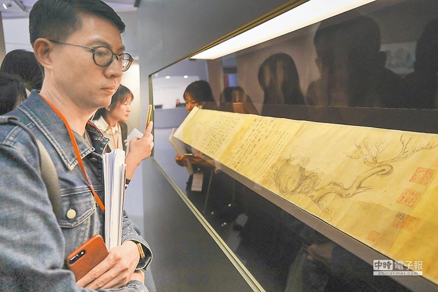 佳士得香港秋拍日前在香港會展中心舉行預展,民眾爭相參觀蘇軾《木石圖》。(中新社)