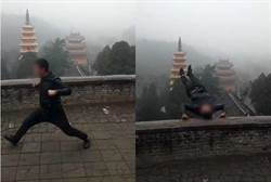勇男見雪太嗨「爬護欄倒立」 下秒跌落30公尺斜坡