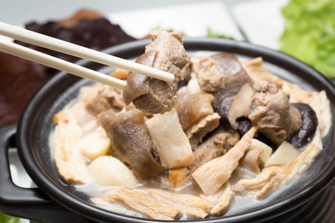 冬季限定菜品「宮庭羊腩煲」,美味羊肉搭配濃郁湯頭,售價1280元+10%/道。(圖片提供/金典酒店)
