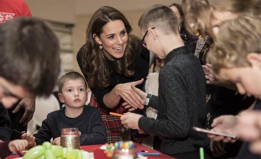劍橋公爵夫人凱特4日在倫敦肯辛頓宮(Kensington Palace)舉辦耶誕派對,招待英國皇家空軍眷屬,幾個小時後,又盛裝出席外交使節團晚宴。(美聯社)