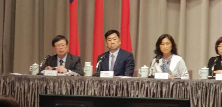 財政部次長吳自心(左)說明所得稅法修正內容(呂雪彗攝)