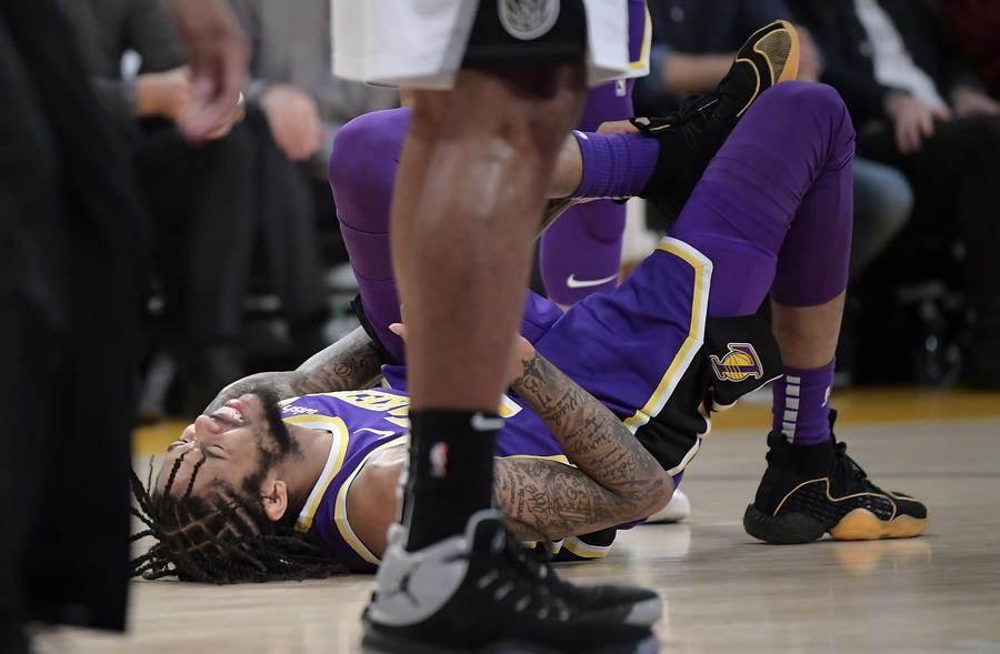 英格拉姆扭傷左腳踝倒地痛苦不已。(美聯社)