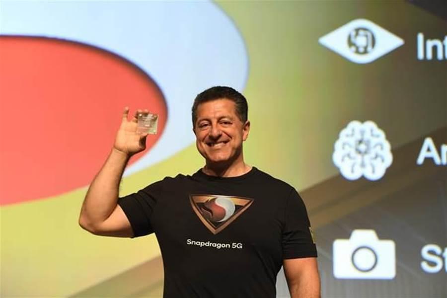 高通技術公司資深副總裁暨行動業務總經理Alex Katouzian展示支援5G的Snapdragon 855行動平台。(圖/高通提供)