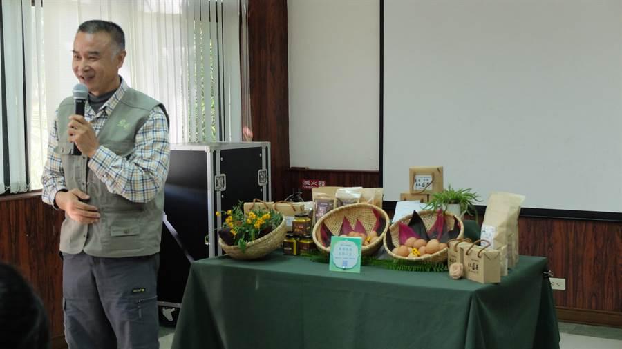 花蓮黎明向陽園主任潘添祺闡述向陽園發展史與生產好物。 (黎明向陽園提供)
