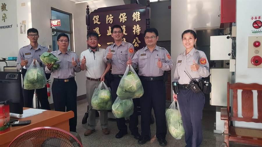 歸仁分局警察同仁人手3顆高麗菜,這份愛心來自歸仁警友辦事處主任薛文祥為幫助菜農,自掏腰包購買。(歸仁警分局提供)