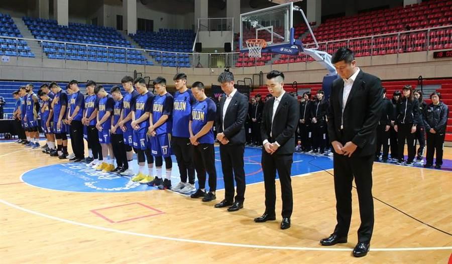 裕隆男籃在6日賽前跟台元女籃、滬江女籃一同默哀1分鐘。(中華籃協提供)
