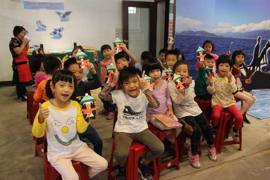 花蓮吉安好客藝術村歡樂耶誕季,每周六提供30名親子DIY製作聖誕卡片。(許家寧翻攝)