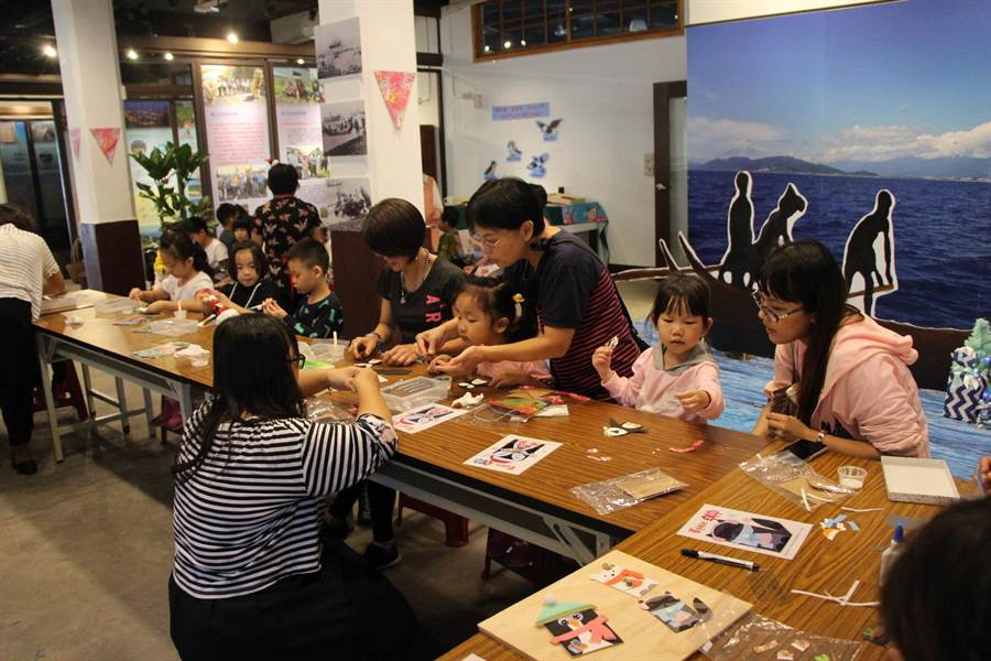吉安鄉公所結合好客藝術村,每周六提供民眾體驗聖誕造型卡片DIY活動。(許家寧翻攝)
