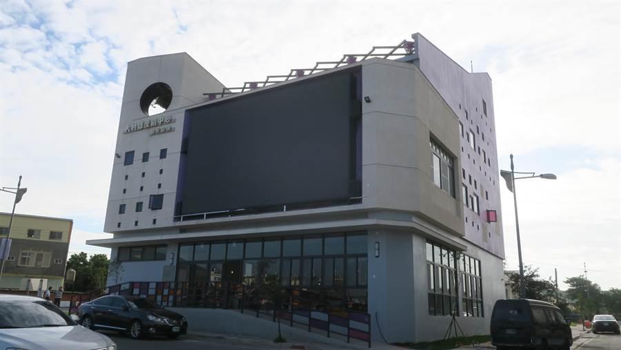 全新完工的大村鄉農特產業推廣中心,隔著後站廣場與車站遙遙相望,建築還規劃一面超大LED電視牆。(謝瓊雲攝)