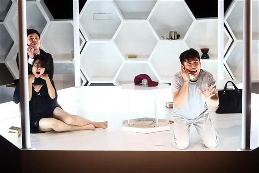 2018年綠光世界劇場第16部作品《THE BEE》,中文為《狂蜂》,由擅於黑色幽默喜劇的李明澤導演執導,以簡單的故事題材,創造出一個好玩卻邪惡、美好而慘忍的世界。(鄧博仁攝)