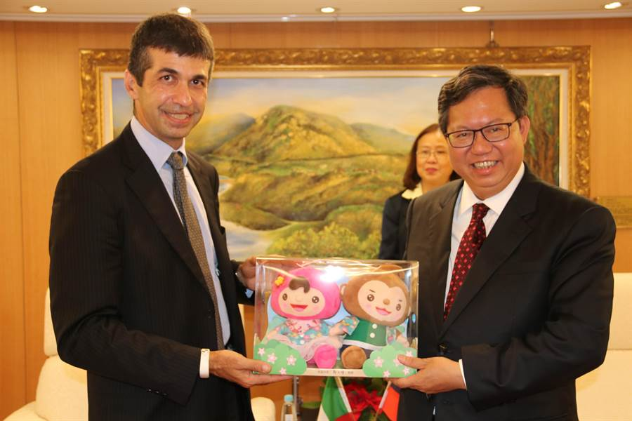 市長鄭文燦致贈ㄚ桃園哥玩偶給蕭國君。(秘書處提供)