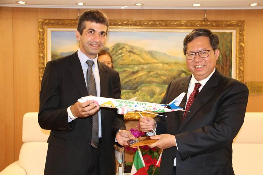 市長鄭文燦致贈桃園飛機模型。(秘書處提供)