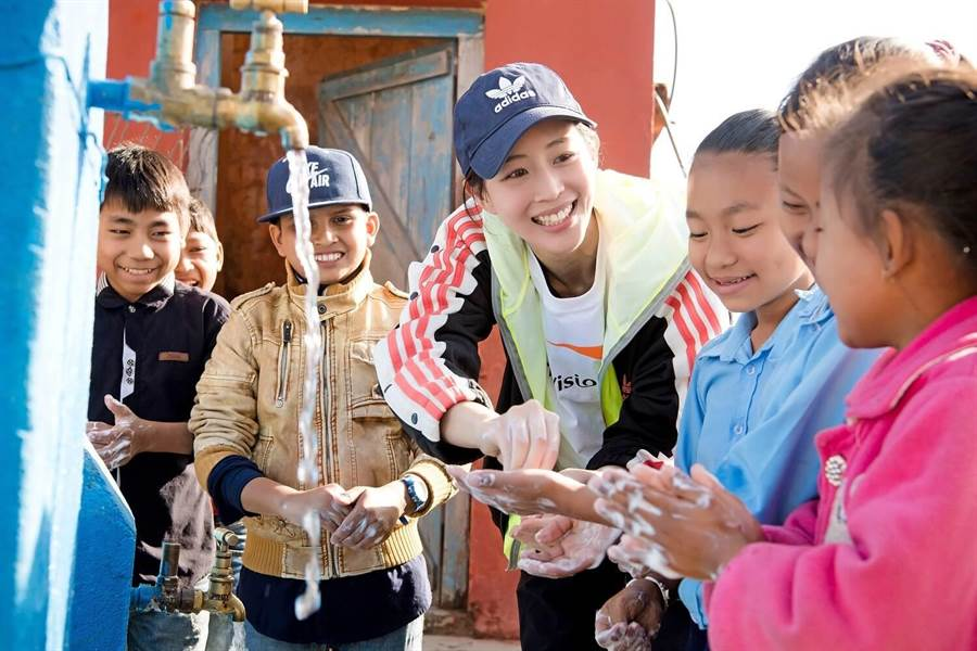 張鈞甯教當地小孩洗手。(世界展望會提供)
