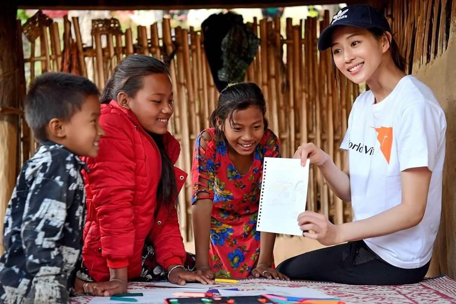 張鈞甯與當地孩子一起畫畫。(世界展望會提供)