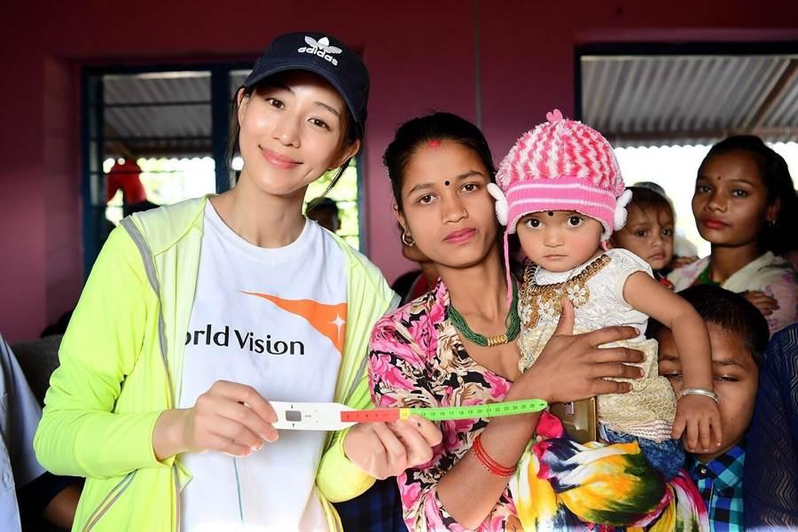 張鈞甯與當地的年輕媽媽和孩子。(世界展望會提供)