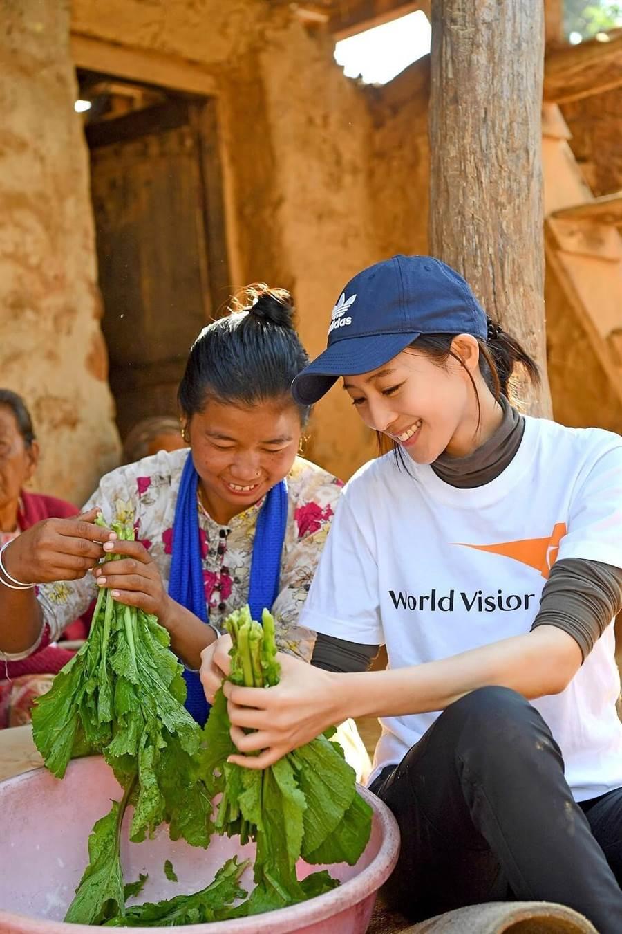 張鈞甯與當地孩子一起洗菜。(世界展望會提供)