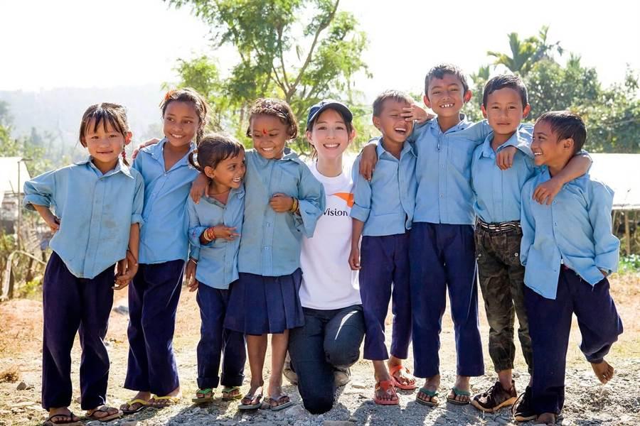 張鈞甯與當地孩子一起開心合影。(世界展望會提供)