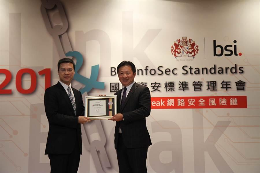 明台產險總經理陳嘉文(右)代表明台產獲頒個資保護實踐獎