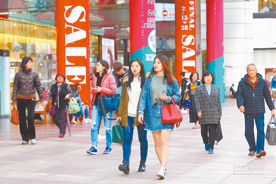 景氣不佳,北市東區百貨商圈高掛促銷廣告吸引消費者。(本報系資料照片)