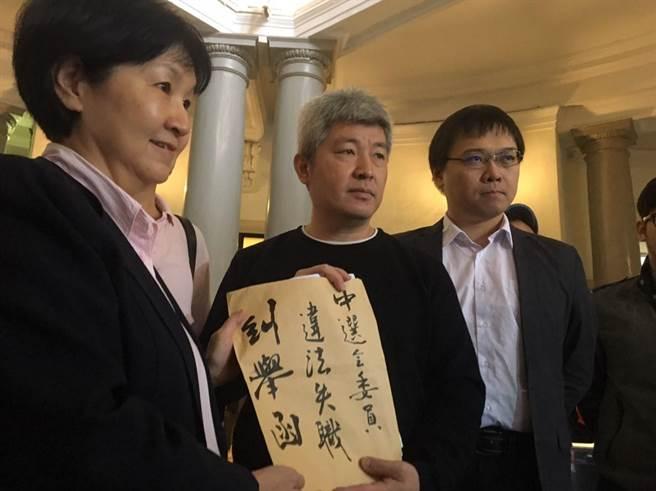 監察委員楊芳玲(左)接受公民團體遞糾舉函。(台灣公民參與協會提供)