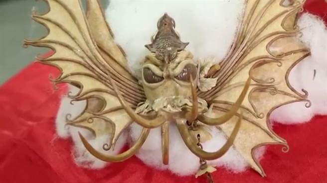 作品主題中的「惡魔」,不只有類似蝙蝠的翅膀,連眼睛的視網膜也精心刻劃,突顯惡魔的奸邪。(裴志偉手作坊提供)