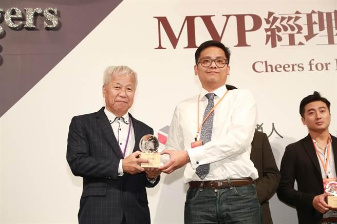 Synergies創辦人暨執行長張宗堯(右)獲「台灣MVP百大經理人」獎。(圖/業者提供)