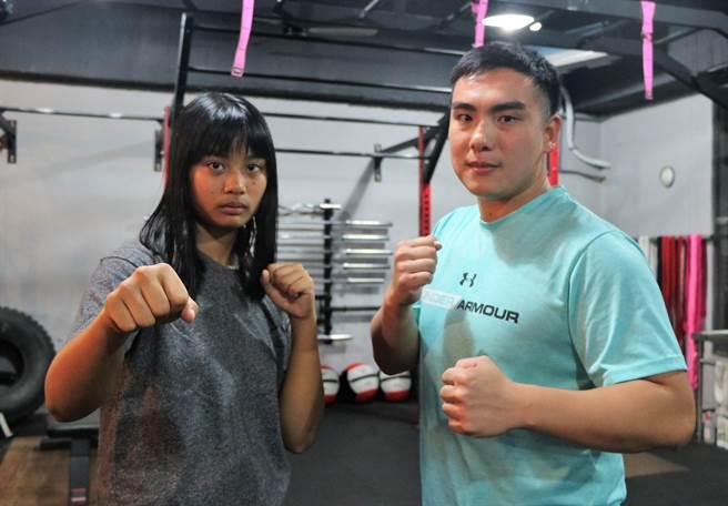 奪下屏東縣運國女組拳擊冠軍的恆春國中學生李敏(左),與健身房教練蔡耀鈞(右)譜出一段成就彼此的故事。(謝佳潾攝)