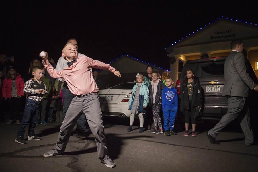 美國9歲男孩貝斯特成功連署,讓當地議會廢除百年來禁丟雪球的法律,也代表市民丟出第一顆合法的雪球。(美聯社)