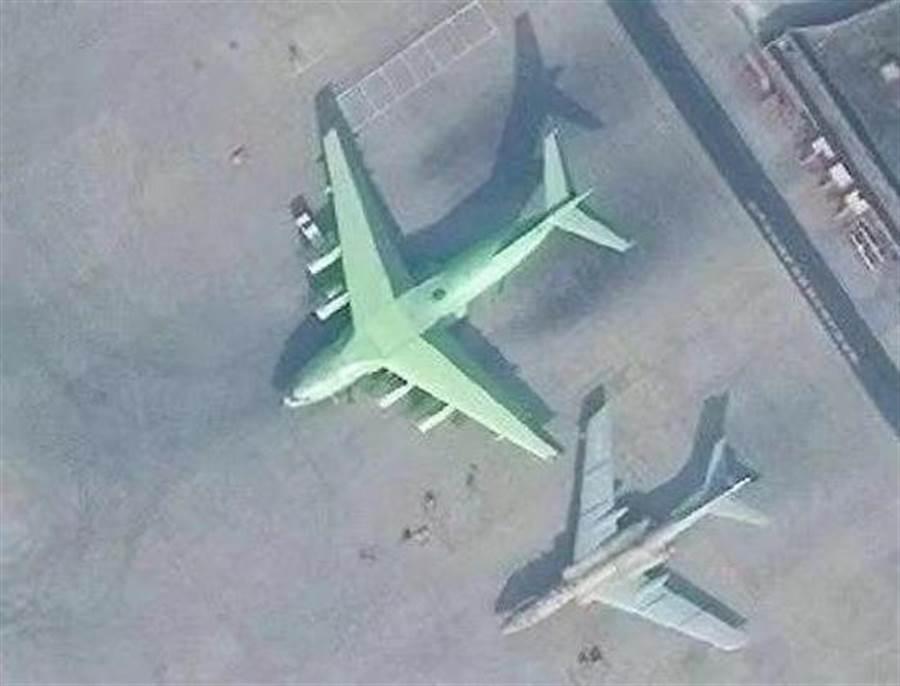 不久前曝光的運油-20與伊爾-78停在西安試飛院機場上的衛星照片。(圖/網路)