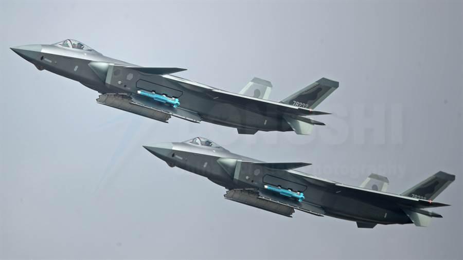 中共最引以自豪的第5代隱形戰機殲-20要繞行台灣巡邏南海,還得靠運油-20這種大傢伙進行空中加油才行。(圖/鳳凰軍事)