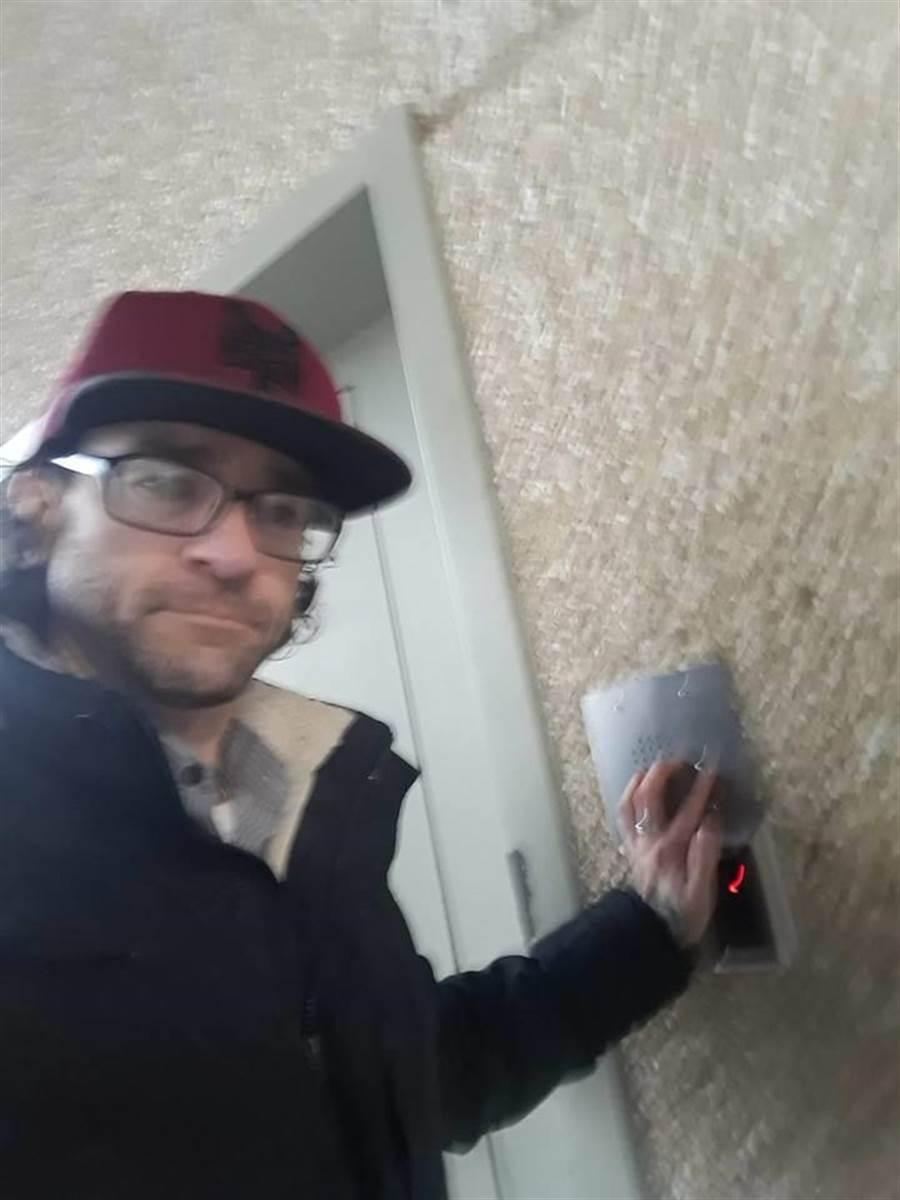安東尼最後終於自首 還在電梯前自拍(圖/翻攝自臉書/@RichlandPolice)