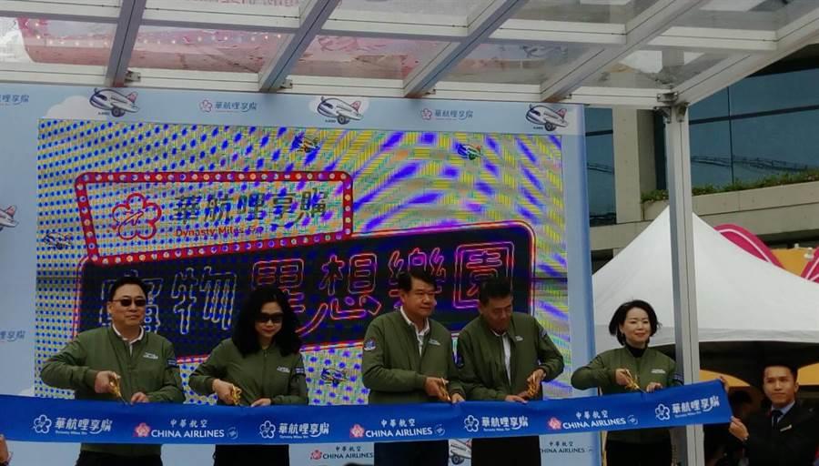 左起台灣虎航董事長張鴻鐘、華航資深副總羅雅美、董事長何煖軒、總經理謝世謙與華信總經理曹志芬一起為「華航哩享購」開幕剪綵。圖:張佩芬
