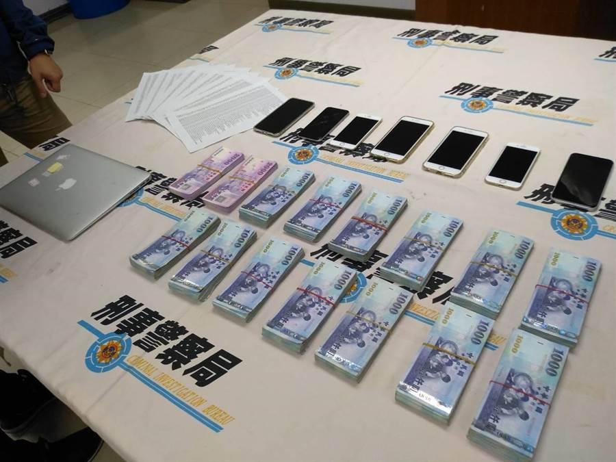 刑事局南打偵八大隊7日宣布在台中逮捕1男1女,涉嫌詐騙北京富婆上億,起出疑似贓款190萬餘元及作案用手機、筆電及上千筆大陸民眾個資。(曹明正攝)