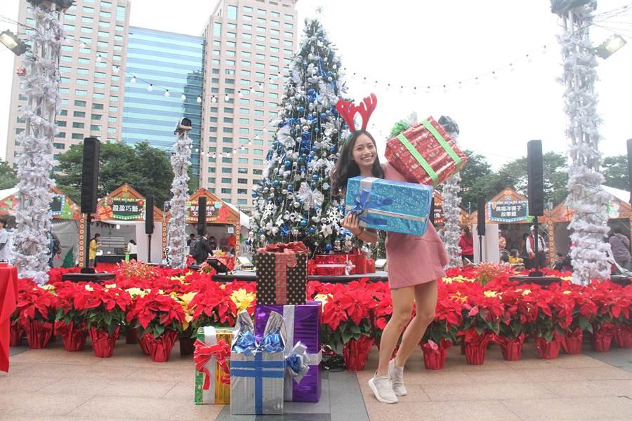新北耶誕市集今開幕,每天都有限量100份的耶誕福袋免費發送。(譚宇哲攝)