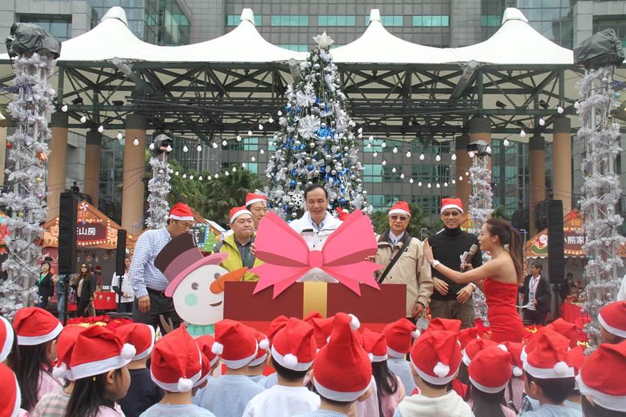 新北市長朱立倫7日上午主持2018耶誕市集開幕儀式。(譚宇哲攝)