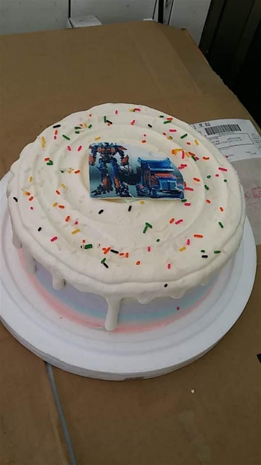 沒想到收到的蛋糕上面竟只有一片印有變形金剛圖案的巧克力(圖/翻攝自《爆怨公社》)