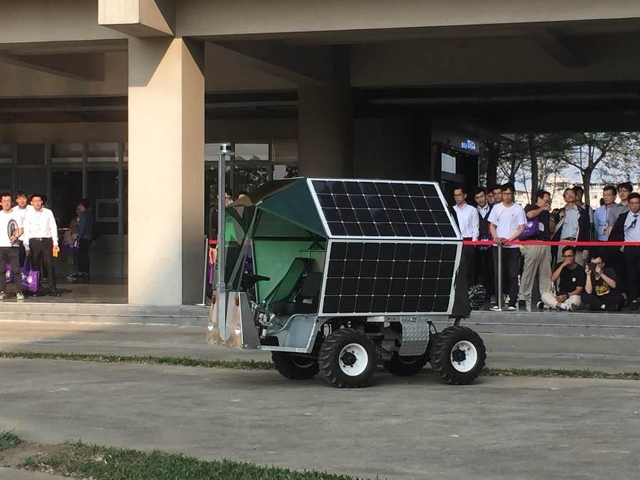 台灣首輛農用自駕車「臺灣獨角仙1號」7日問世,由國立交通大學光電學院研發半年完成。(曹婷婷攝)