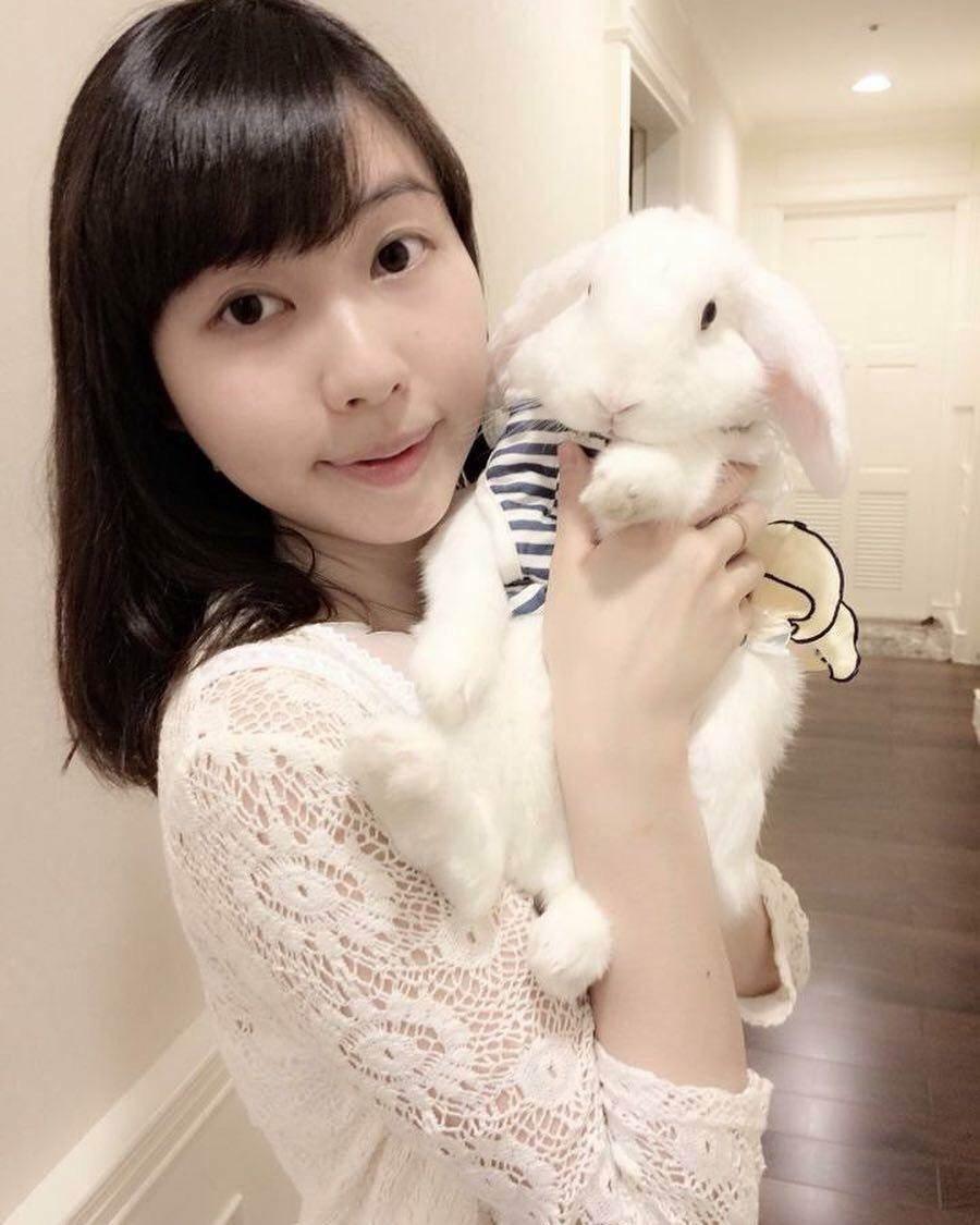 養了可愛垂耳兔的創辦人王晨妤,一直以來深受肌膚困擾,25歲遇理念相同的研發廠商,開啟兔兔保養-忌妒妳的美IJEALOUS。