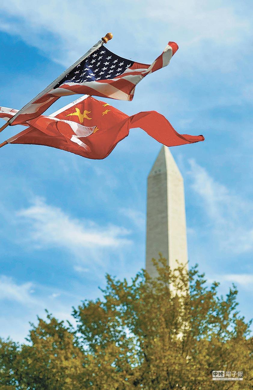 大陸學者認為,孟晚舟被捕,嚴重惡化中美關係。圖為華盛頓街頭飄揚中美國旗及華盛頓區旗。(新華社資料照片)