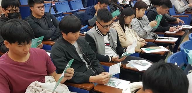金門大學學生閱讀「瓩設計獎」簡章內容。(戴有良攝)